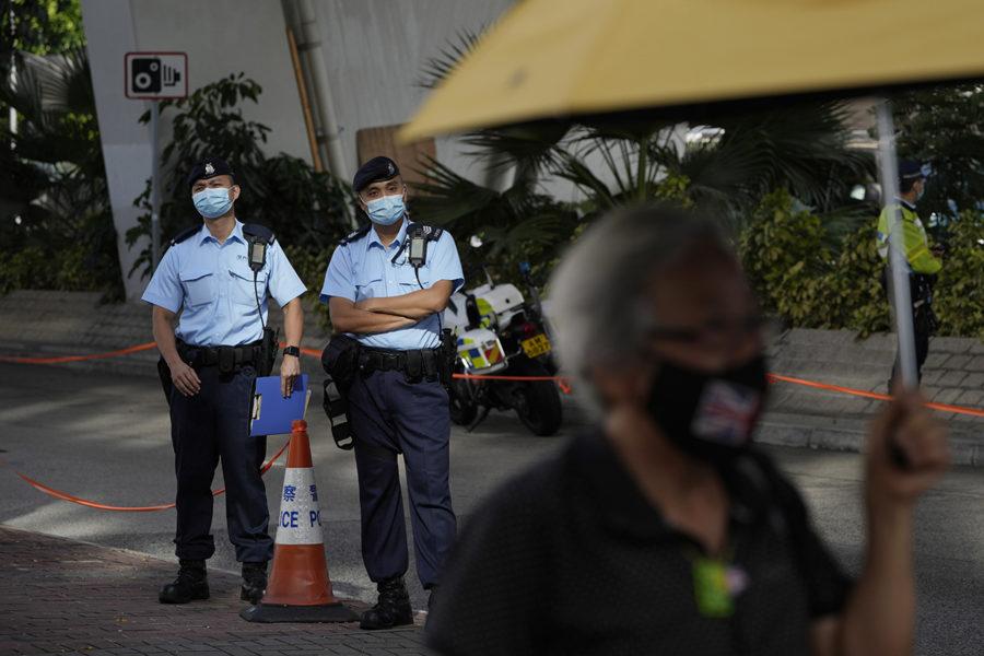 Kinesiska myndigheter försöker rensa Hongkong.