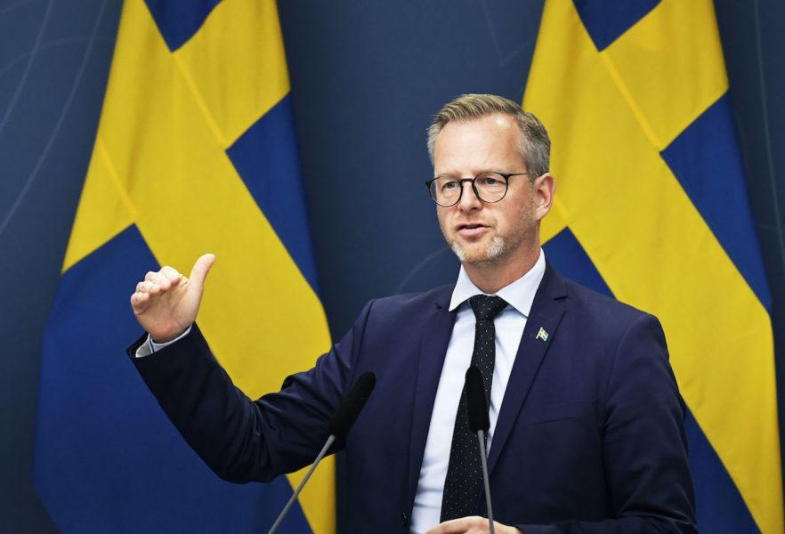 """""""Magdalena Andersson är rätt kvinna"""", säger inrikesminister Mikael Damberg och sällar sig till flera tunga S-politiker och S-distrikt som nu ställts sig bakom att finansministern väljs till partiledare."""