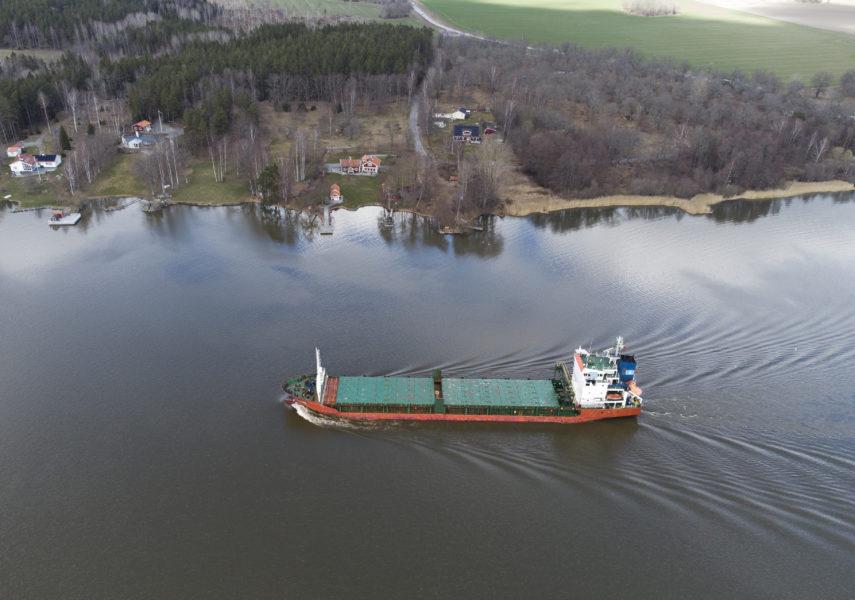 Ett fraktfartyg utanför Enköping.
