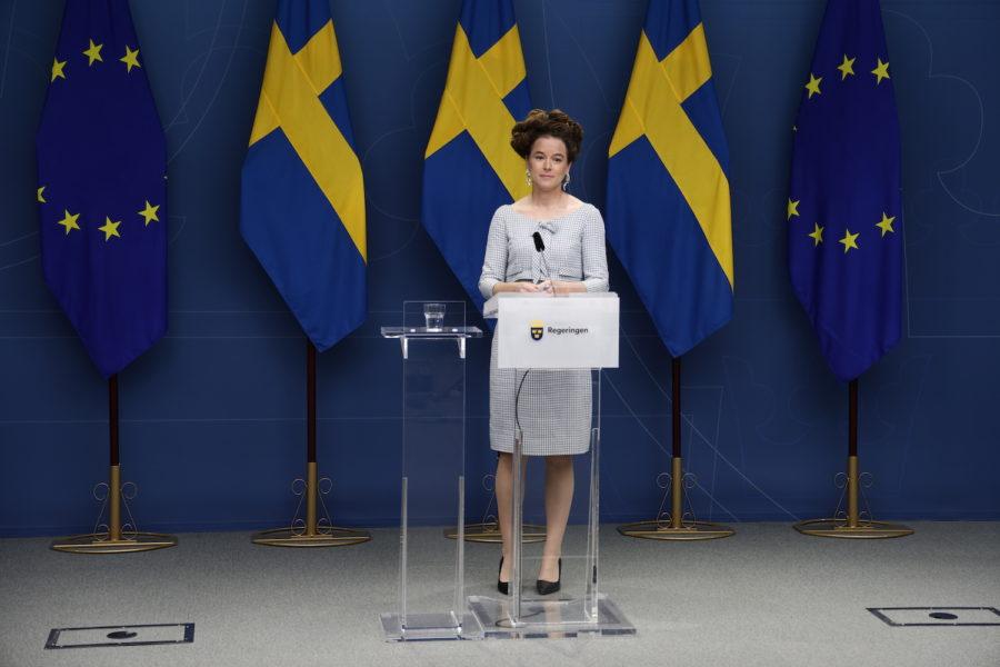 Kultur- och demokratiminister Amanda Lind vid dagens pressträff, där beskedet om avvecklade covid-restriktioner meddelades.