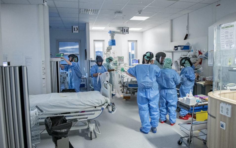 Antalet patienter med covid-19 på intensivvårdsavdelningarna har stigit och läkare tror att en öppning av samhället kommer att öka pressen på vården.