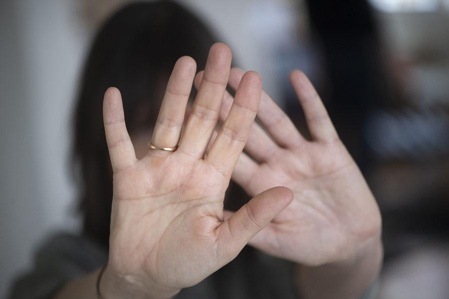 Inspektionen för vård och omsorg får i uppdrag av regeringen att förstärka tillsynen av arbetet mot mäns våld mot kvinnor, våld i nära relationer och hedersvåld.
