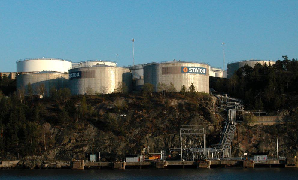 Oljecisterner vid inloppet till Stockholm.