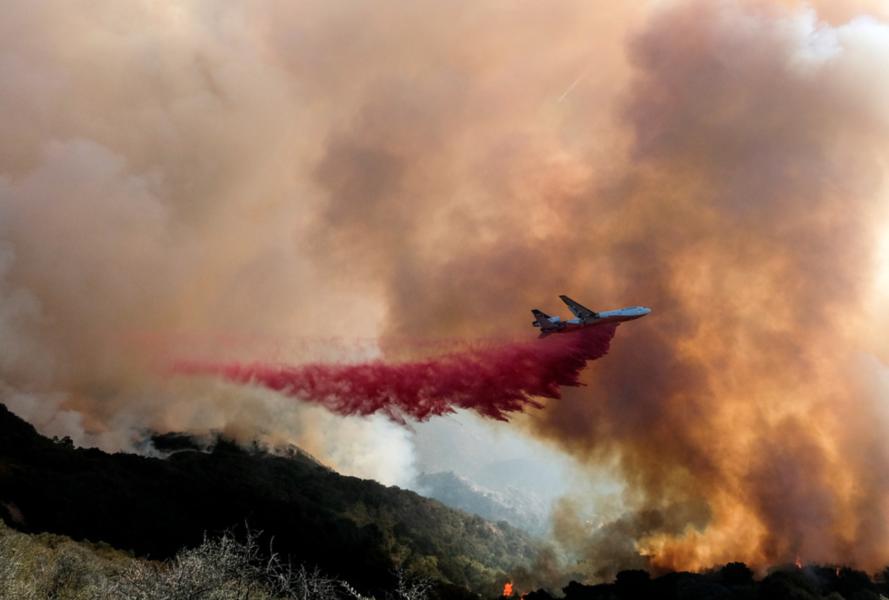 Ett brandbekämpningsflyg släpper sin last över Alisalbranden i Kalifornien.