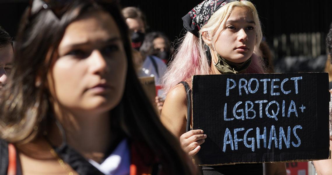 Demonstranter utanför FN i New York kräver skydd för hbtq-afghaner.