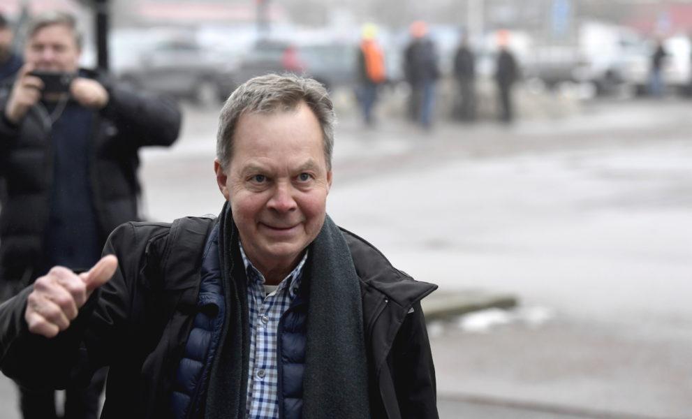 Företagsledaren Karl Hedin utanför Västmanlands tingsrätt tidigare i år.