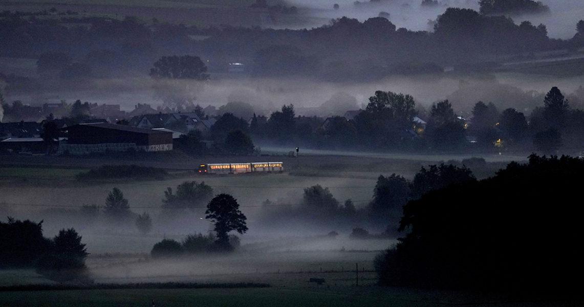 Ett tåg rusar fram i dimman nära staden Wehrheim i Tyskland.