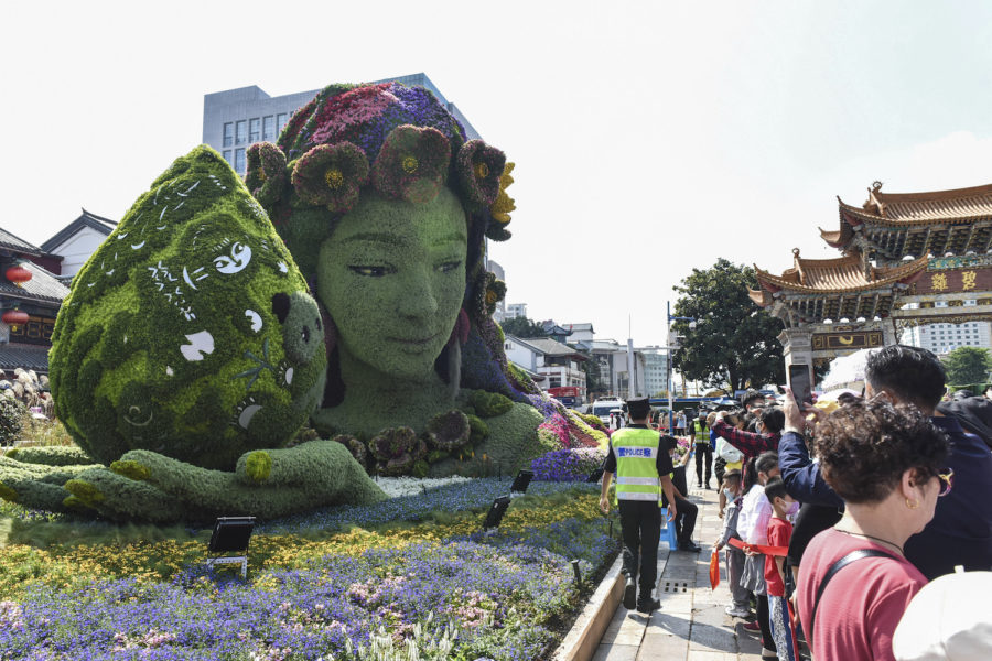 En blomsterdekoration pryder en av parkerna i Kunming, där COP15 hållits i veckan.