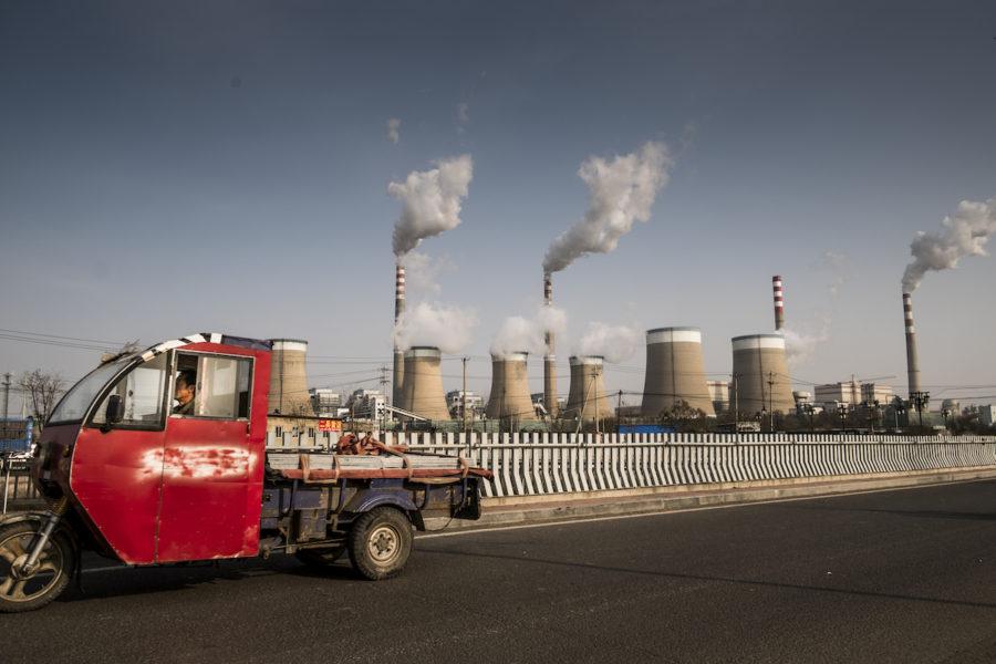 Under 2020 byggdes ett kolkraftverk i veckan och i Kina nu flaggar regimen för att löftet om att landets koldioxidutsläpp ska vända neråt 2030 för att vara nere på noll 2060 kan dras tillbaka.
