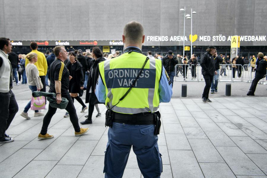Att ge ordningsvakter utökade befogenheter kan leda till fler fall av diskriminering och rasprofilering och skada förtroendet för staten, enligt Amnesty International.