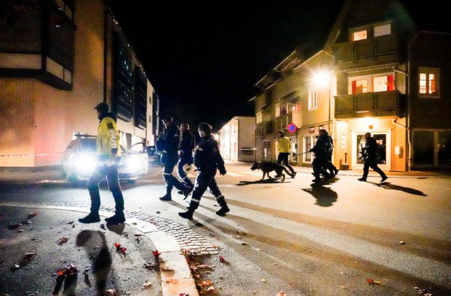 Polis söker genom Kongsberg under onsdagskvällen.