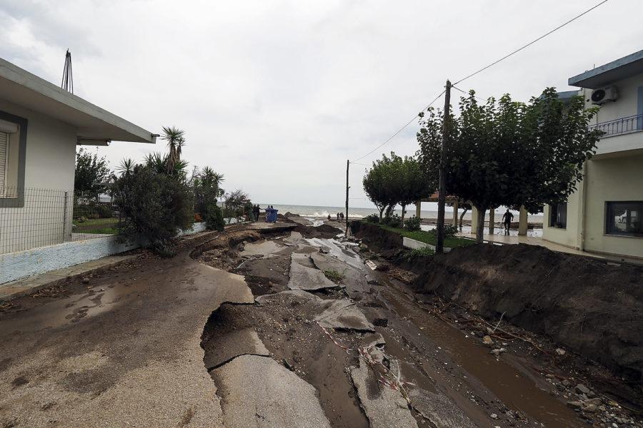 Skogsbränderna i somras har barlagt stora områden mark på ön Evia, som nu har drabbats och riskerar att drabbas ytterligare av jordskred på grund häftiga skyfall.