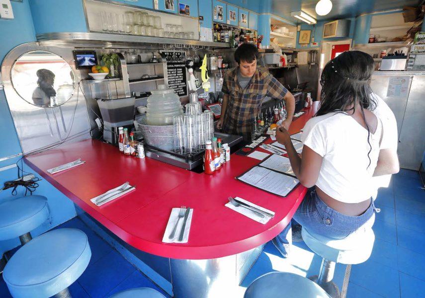 I Phoenix, USA, ska 1 000 låginkomsttagare få basinkomst men pengarna får inte användas till köp av alkohol, tobak eller lotter.