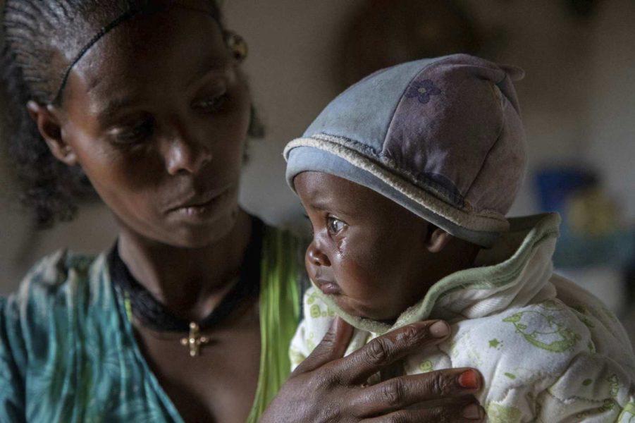 Adaba tröstar sitt barn i Tigray.