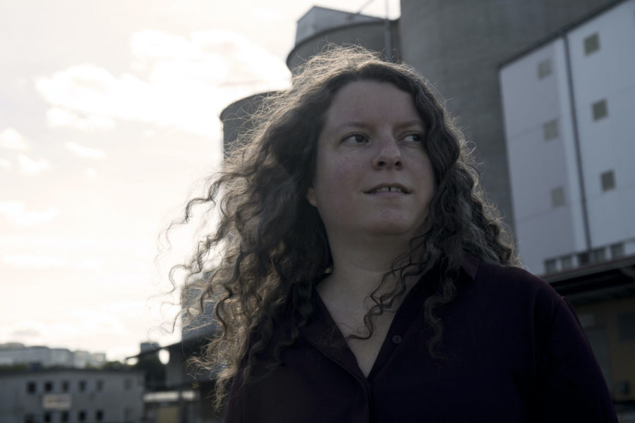 Maria Niemi, redaktör för antologin Vi också – hbtqi-personer berättar, vill bryta tystnaden om hbtqi-personers utsatthet och ge styrka till fler att berätta.